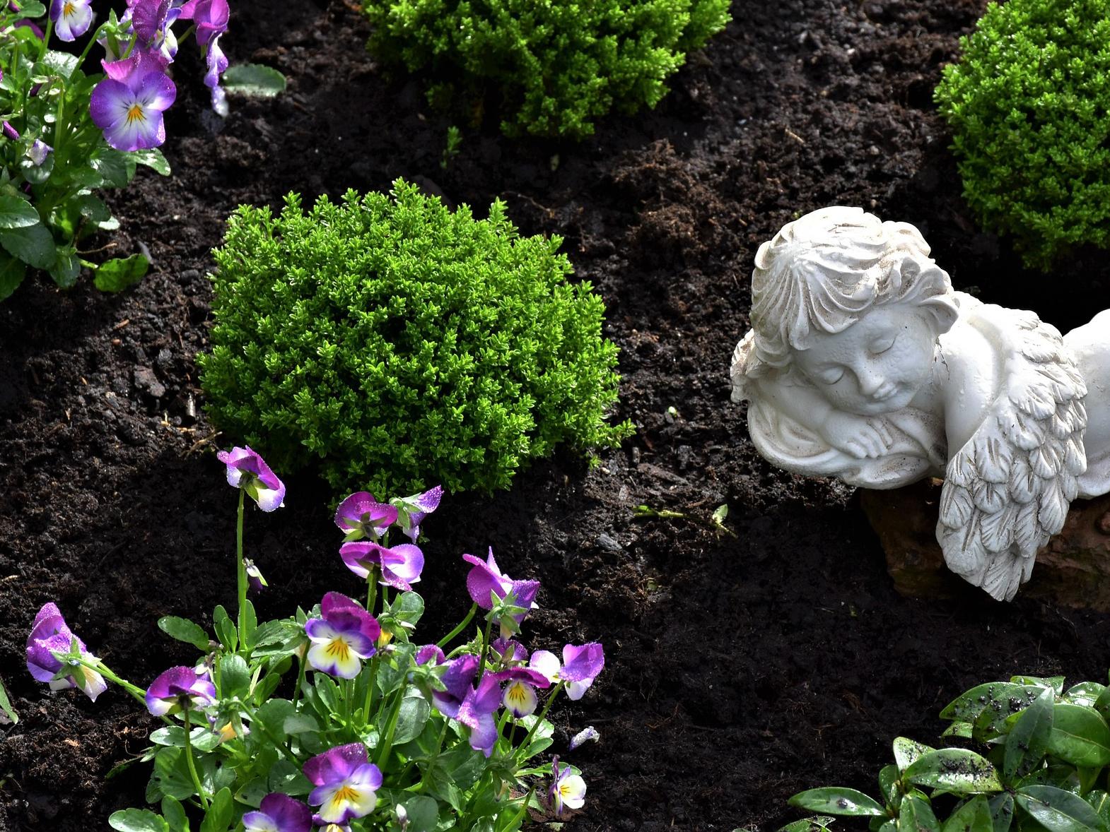 Trauerfloristik und Grabpflege, Schmuck für Särge und Urnen